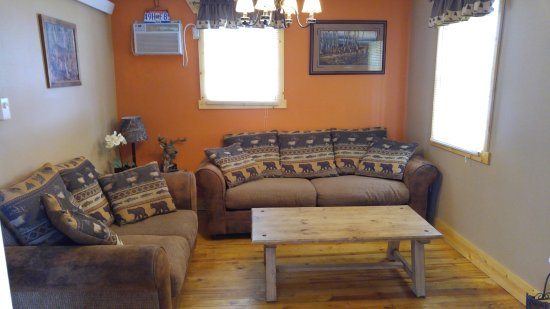 Restmore Inn: Family Room in the Deer Crossing cabin (#7)
