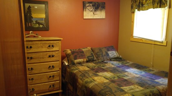 Restmore Inn: Master bedroom in the Deer Crossing cabin (#7)