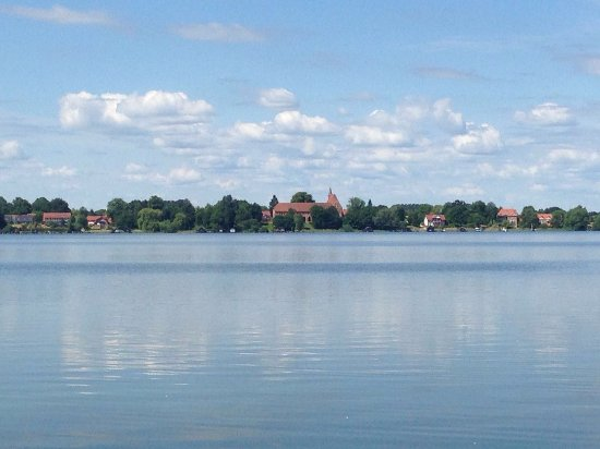 Zarrentin, Duitsland: Fischhaus und Kloster von der anderen Seite des Sees