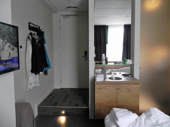 inkom van de kamer met zicht op de lavabo en de glazen deur van ...