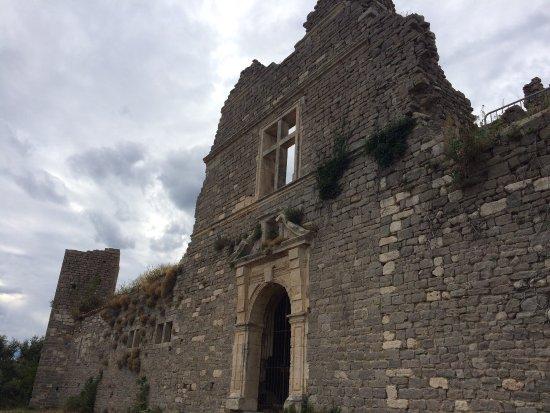 Montlaur, Frankrijk: Spannende Ruine, darf leider im Inneren nicht betreten werden - lohnenswert für einen kleinen Fu