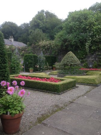 Menai Bridge, UK: View of parterre in front of holiday cottage