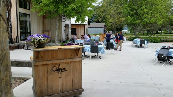 Harrow, Kanada: Oxley Estates Winery. Very nice patio.