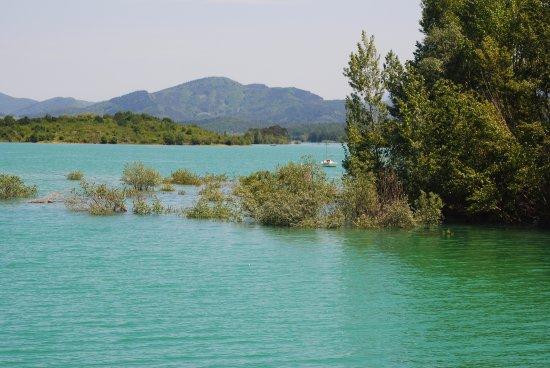 Leran, Francia: A view from a walk around the lake, fantastic paths.