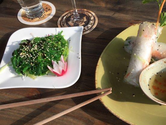 Peine, Alemania: Sommerrollen und Seealgen Salat