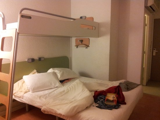 Vitry-sur-Seine, France : Basic but clean double bed and upper bunk