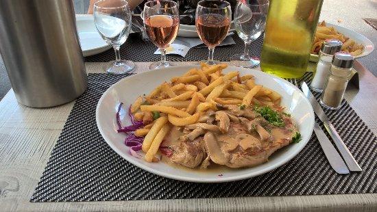 Lion-sur-mer, Франция: Escalope de dinde normande (Chicken fillet with cream sauce)