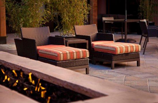 Κόνκορντ, Καλιφόρνια: Courtyard Seating, Fire Pit