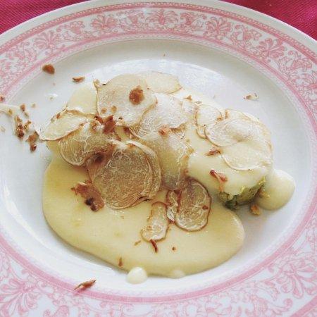 Cissone, Italia: Flan di topinambur, con fonduta di toma e tartufo bianco.