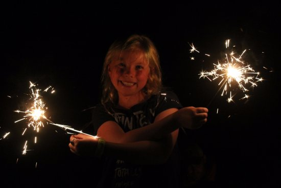 Πέινσβιλ, Μινεσότα: Sparklers in yard in front of house.