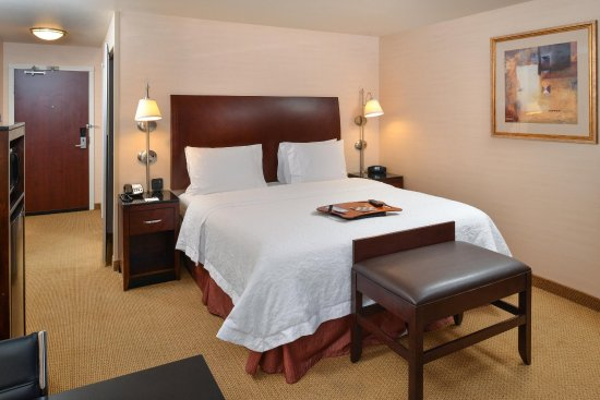 Hampton Inn & Suites Tacoma-Mall: King Guestroom