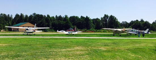 Carthage, Carolina del Norte: More planes in the parking lot