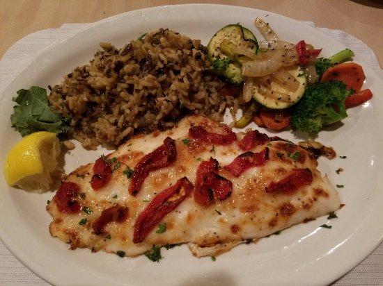 Waupaca, Ουισκόνσιν: Scarlet Snapper with Sun-Dried Tomatoes, Rice, Veggies