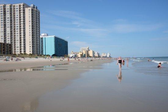 Hampton Inn & Suites Myrtle Beach/Oceanfront: Looking north from beach at Hampton Inn & Suites, Oceanfront, Myrtle Beach SC