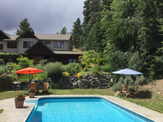 Summerland, Canada: Pool shot and house.
