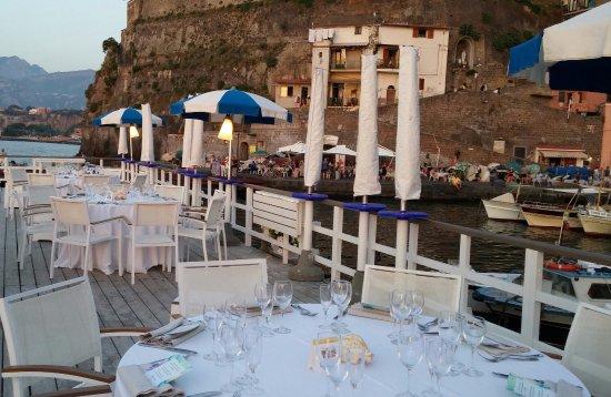 Le tavole apparecchiate sul pontile picture of ristorante bagni sant anna sorrento tripadvisor - Bagni sant anna sorrento ...