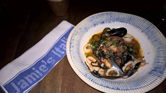 Jamie Oliver's Italian: Macarrão negro com frutos do mar