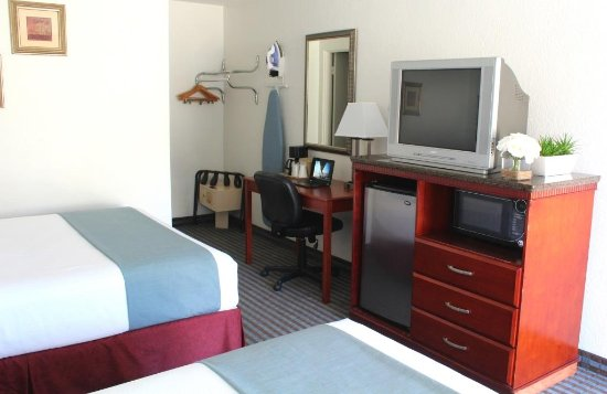 Pacific Inn Hotel & Suites: TV and desk