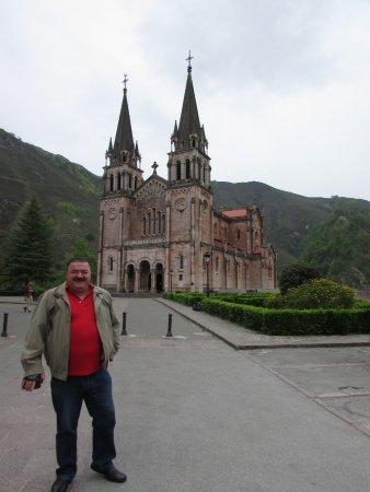 Covadonga, Spain: La Basilica...