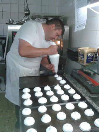 Tence, Frankrijk: le chef fait ses meringues pour le bolet ( dessert)