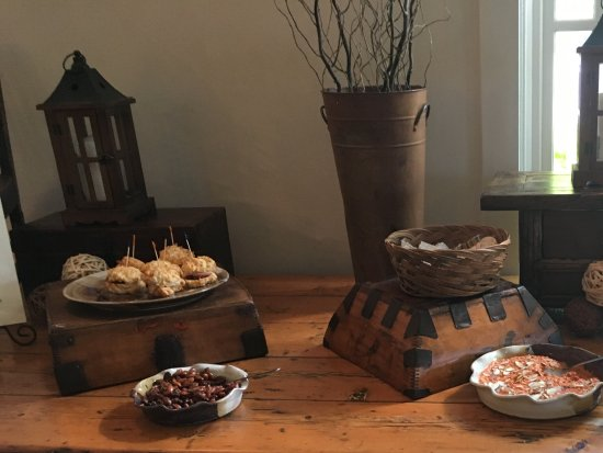The Wine Country Inn: Happy hour spread