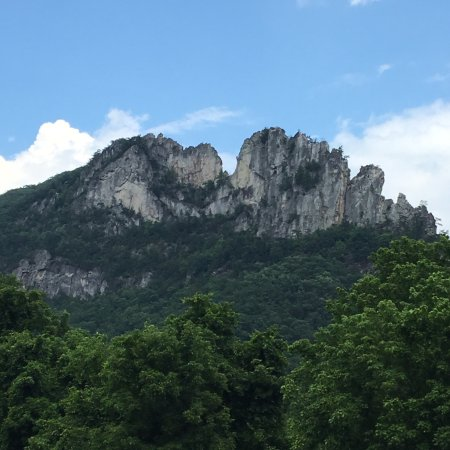 how tall is seneca rocks