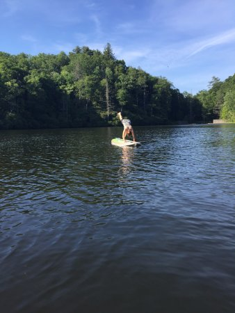 Lake Toxaway, Caroline du Nord : I finally was able to try yoga SUP on the beautifully, calm lake on the property.