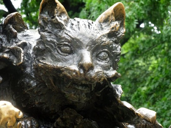 Alice in Wonderland Statue : Cheshire Cat Detail from Statue