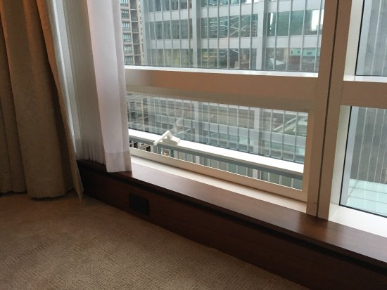 Shangri-La Hotel Toronto: Parents beware: The room windows don't lock and they open downwards just a few inches off the fl