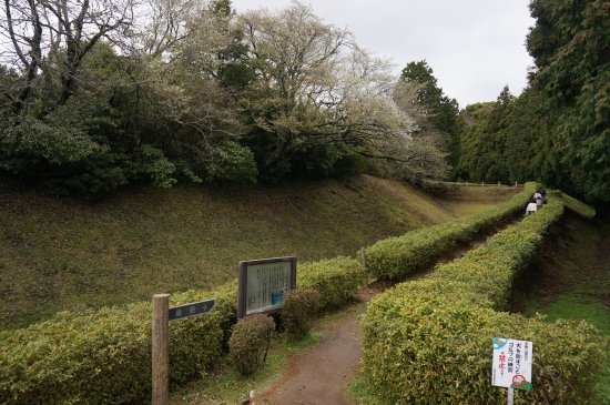 Ruins Yamanaka Castle : 入口付近の空堀です。