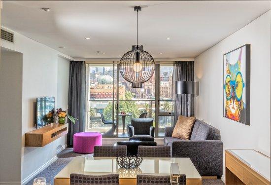 Quay West Suites Melbourne: Premium one bedroom suite overlooking the CBD