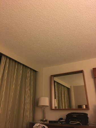 The Westin Atlanta Airport: Popcorn ceiling and old fixture inside the room and the rest of hotel