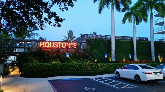 North Miami Beach, FL: Houstons in Miami was the bomb! Lauren our server was a delight and very knowledgeable of the se