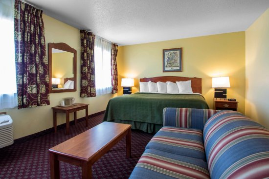 Mineral Point, WI: King guest room