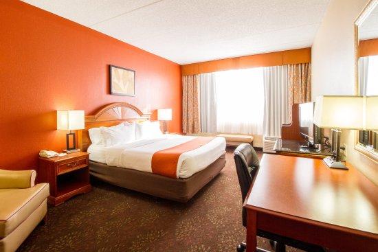 Holiday Inn Chicago North Shore (Skokie) : King Executive Room at Holiday Inn Chicago North Shore Skokie