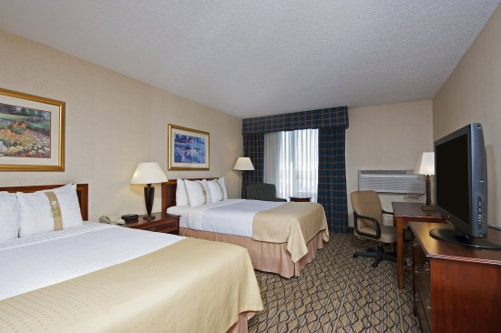 Elk Grove Village, Ιλινόις: Guest Room with Two Double Beds at Holiday Inn Chicago Elk Grove