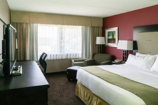 Big Rapids, MI: Standard King bed with fridge and microwave
