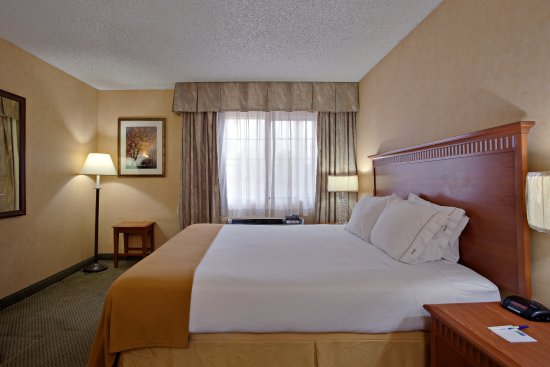 Holiday Inn Express Colton: Treat that special someone to our King Jacuzzi Suite