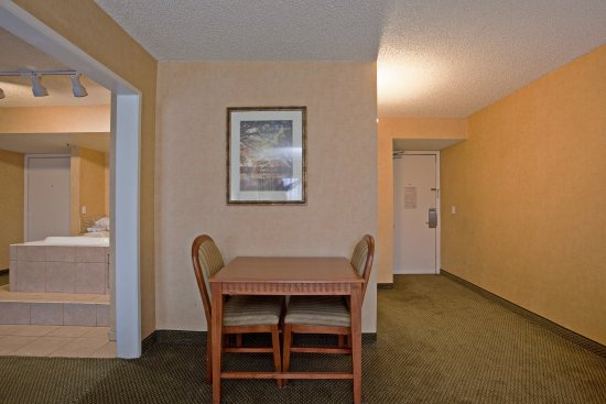 Holiday Inn Express Colton: Spacious Jacuzzi Suite Give yourself a special treat
