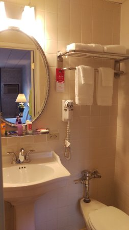 Hicksville, Nova York: Small bath, but very clean and updated.