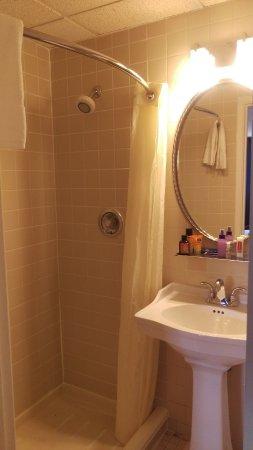 ฮิคสวิลล์, นิวยอร์ก: No real counter space, but a small shelf above the sink for toiletries.