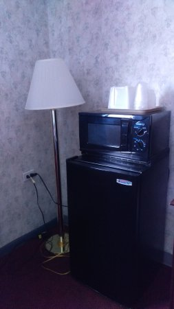 Hicksville, Νέα Υόρκη: Small microwave and hotel fridge. Both worked well.