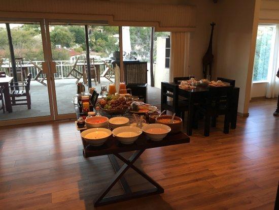 Villa Moringa Guesthouse: Le buffet nous accueille au petit déjeuner