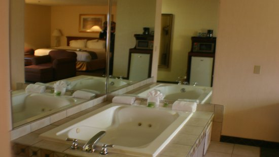 Holiday Inn Express & Suites Ex I-71/ Oh. State Fair/Expo Center: Get away from it all in a jacuzzi tub.