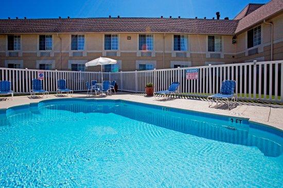 Holiday Inn Express Braselton: Swimming Pool