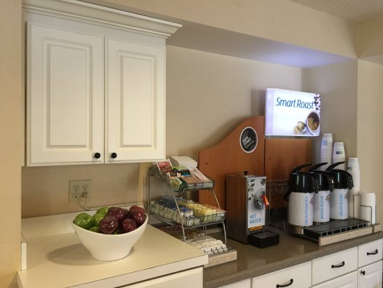 Holiday Inn Express Braselton: Breakfast Bar