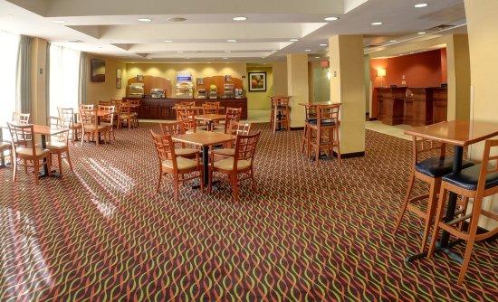 Lawrence, MA: Breakfast Area