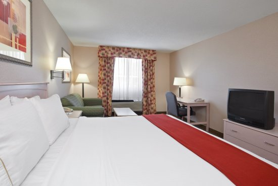 Holiday Inn Express Vermillion: King Bed Guest Room