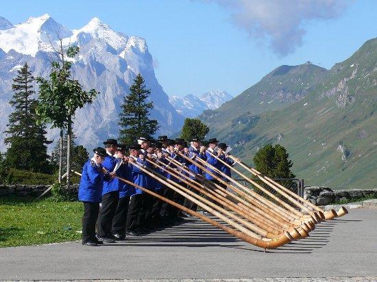 Innertkirchen, Schweiz: Aussicht vom Hotel mit Alphornkonzert