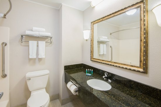 Brook Park, OH: Guest Bathroom